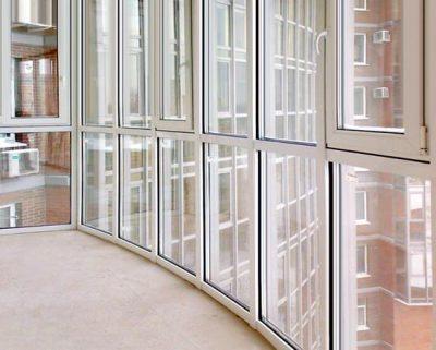 Панорамный белый балкон