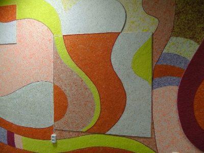 Разноцветный узор на стене