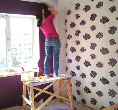 Девушка на строительном козле