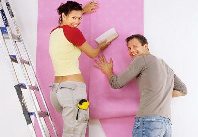 Оклейка обоями стен с лестницы